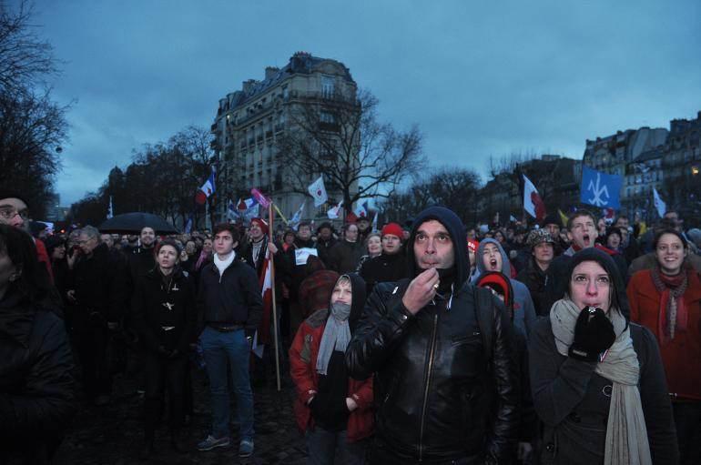 Dans la foule, dimanche, aux Invalides.