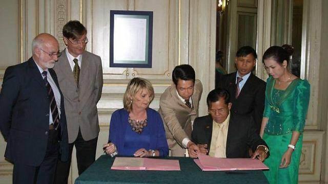 Mme Geneviève Gosselin-Fleury, adjointe au maire, suppléante de M. Cazeneuve, devenue députée, signe le protocole de coopération
