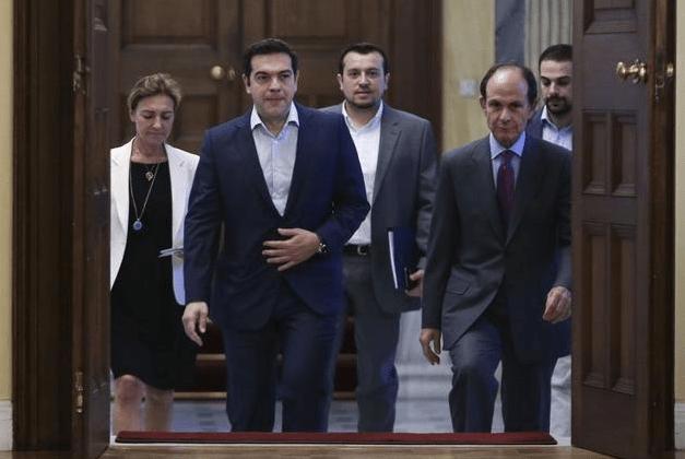 Alexis Tsipras arrive au palais présidentiel, lundi 6 juillet à Athènes.