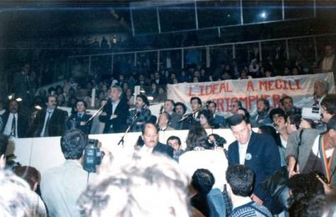 Hocine Aït Ahmed en meeting à Alger, en avril 1990.