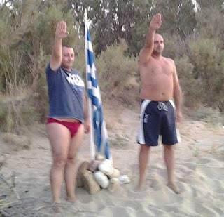 Deux membres d'Aube Dorée à la plage (Photo Gwyneth Bison).