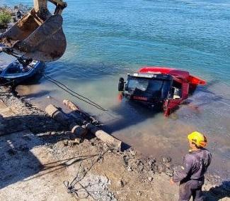 Video | Lograron sacar del río el camión volcador sin frenos que ayer quedó sumergido en el Paraná