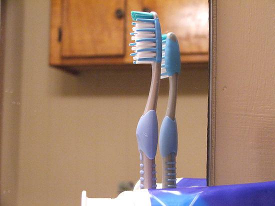 """Ученые: 60 процентов зубных щеток """"заражены"""" чужими ..."""