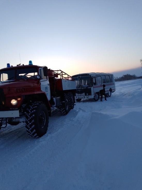 В Бурятии рейсовый автобус с пассажирами застрял в снегу ...