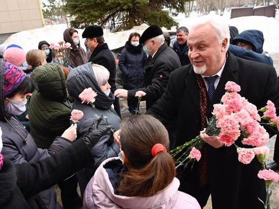 Евгений Матушкин поздравил сотрудниц Дома ребёнка с 8 ...