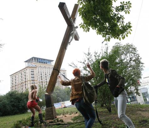 Активистки FEMEN спилили поклонный крест в центре Киева - МК