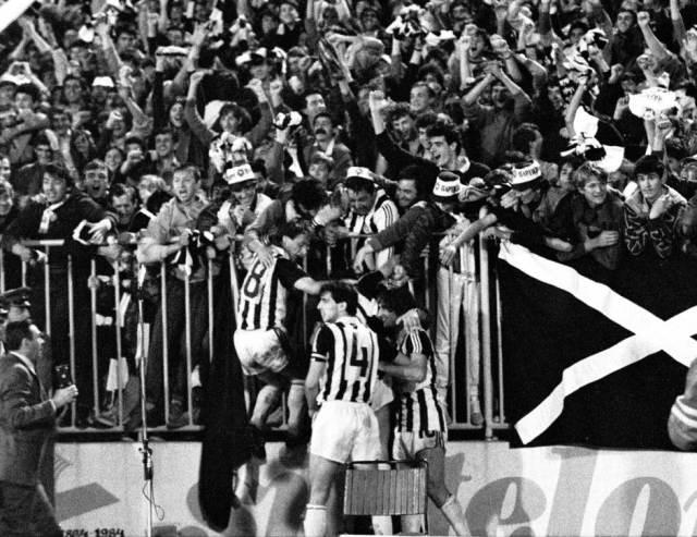 """79. """"večiti"""" derbi. Partizan je pobedio Zvezdu 2:0. Bajro Župić u zagrljaju Grobara."""