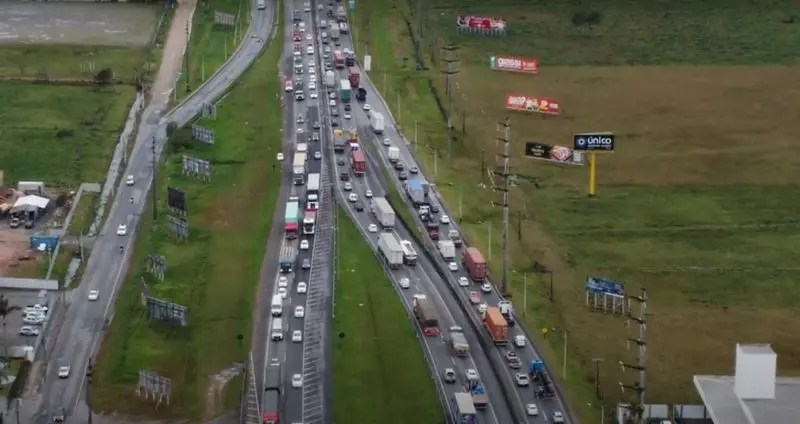Engarrafamento na BR-101 atrasa moradores locais e turistas que passeiam pelo Litoral catarinense – Foto: Marcelo Feble/NDTV