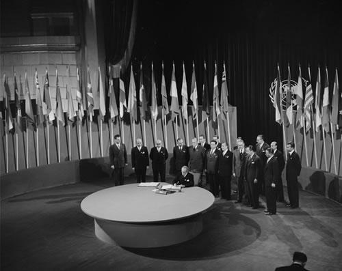 https://i1.wp.com/static.neatorama.com/images/2008-10/un-charter-signing-1945.jpg