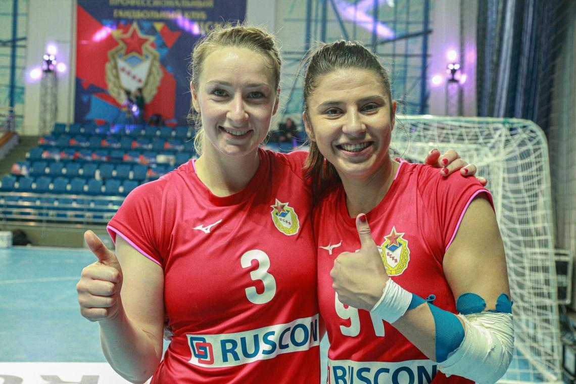 Полина Горшкова (слева)