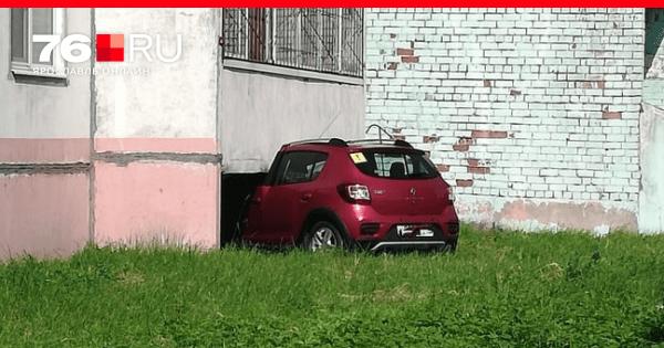 ДТП в Рыбинске июнь 2020 | Легковушка врезалась в жилой ...