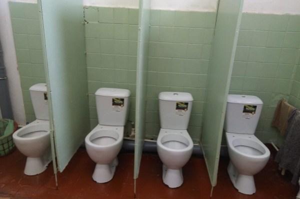 В Переславле в школьном туалете поставили унитазы без ...