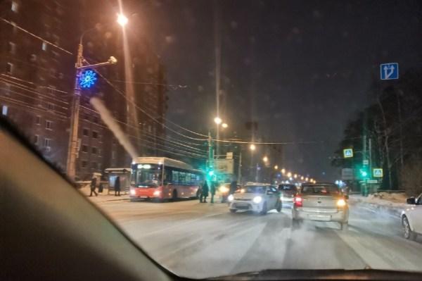 В Перми на шоссе Космонавтов образовалась пробка в сторону ...