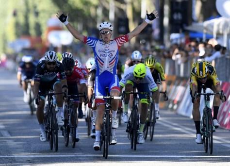 Arnaud Démare corre para a vitória em Milão-Turim, Wout van Aert em terceiro