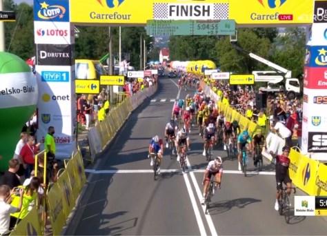 Richard Carapaz vence um pelotão ralo no Tour de Poland, queda pesada do francês Delage