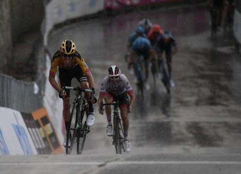 E mais uma vitória do Jumbo-Visma: George Bennett surpreende os favoritos no Gran Piemonte com uma saída brusca