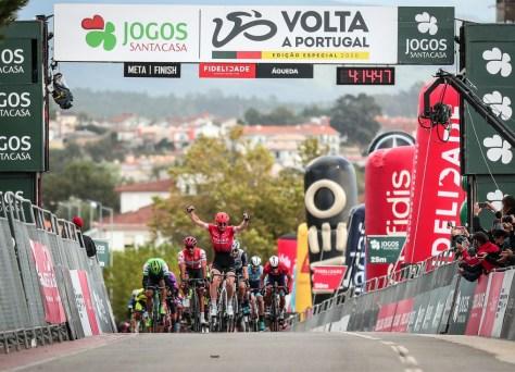 Daniel McLay corre para a vitória na primeira temporada na Volta a Portugal
