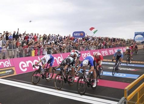 RESULTADO ESTÁGIO 4 GIRO 2020. Arnaud Démare vence Peter Sagan e Davide Ballerini no sprint milimétrico