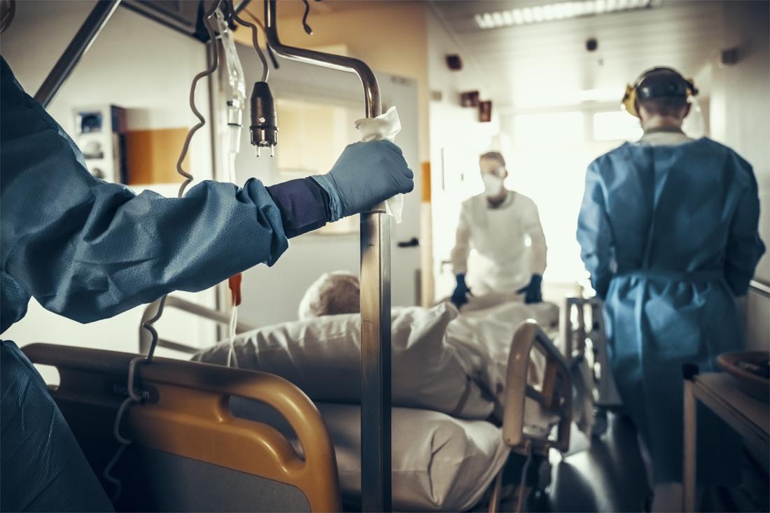 Ziekenhuisopnames en overlijdens door corona lijken te stagneren, positiviteitsratio daalt wel licht