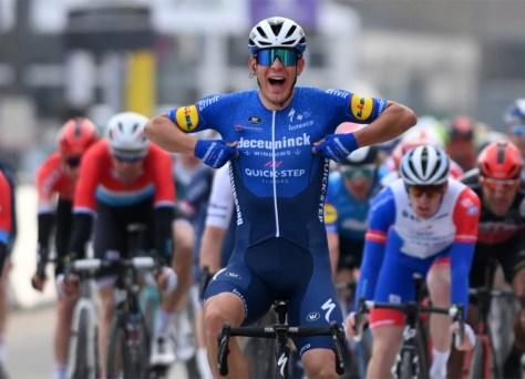 Davide Ballerini vence Omloop Het Nieuwsblad atípico em sprint de grupo