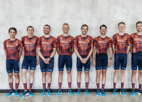 NOTÍCIAS DO CURSO.  Nação Start-Up de Israel cavalga Giro com camisetas adaptadas