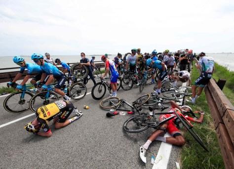 Estágio Giro neutralizado por meia hora após uma forte queda, quatro pilotos são forçados a abandonar a corrida