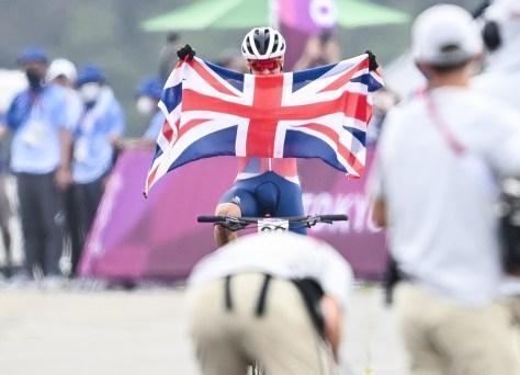 """""""Versátil"""" Tom Pidcock conquista medalha de ouro na corrida de mountain bike, forte acidente obriga Mathieu van der Poel a desistir"""
