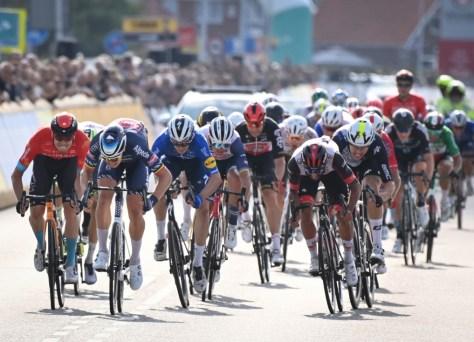 Tim Merlier vence fase de fãs espetacular no Benelux Tour e é o primeiro líder, falha de material mata Remco Evenepoel
