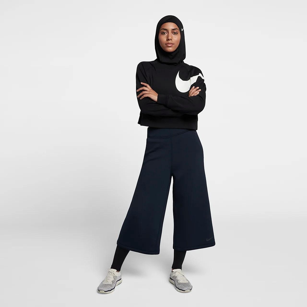 Personaggi ponte sono anche i copricapi, siano essi maccaturi, o hijab,. Hijab Nike Pro Donna Nike It