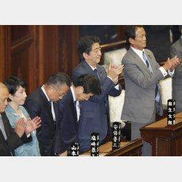 TPP衆院通過で喜ぶ安倍首相(C)日刊ゲンダイ