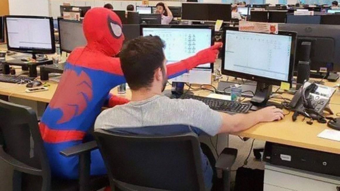Bancário brasileiro despede-se, no último dia vai vestido de Homem-Aranha