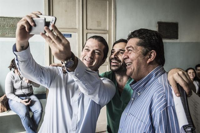 Stepan Nercessian, Fernanda Torres e Marcelo Serrado nos bastidores da série (Foto: Globo/Mauricio Fidalgo)