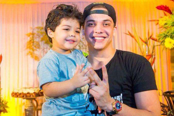 Wesley Safadão e um de seus filhos (Foto: Divulgação)