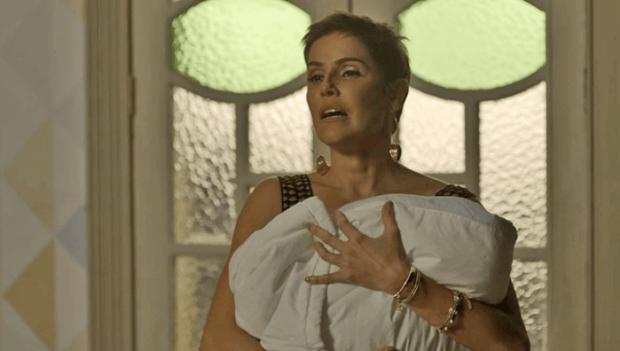 Karola (Deborah Secco) surta no sequestro do bebê de Rosa (Letícia Colin) (Foto: Divulgação/Globo)
