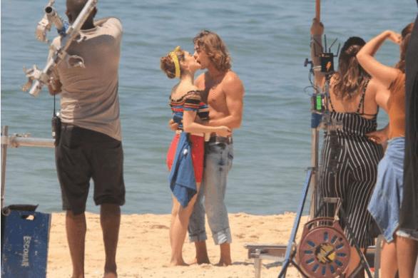 Isabelle Drummond e Rafael Vitti trocam beijos em gravação da novela Verão 90 (Foto: Ag. News)