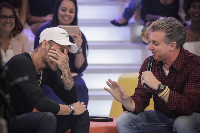 Neymar ao lado de Luciano Huck (Foto: Reprodução/Globo)