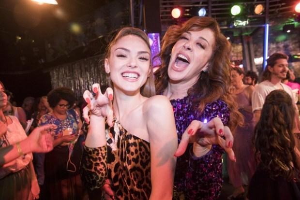 Isabelle Drummond e Claudia Raia na coletiva de novela Verão 90 (Foto: Globo/João Miguel Júnior)