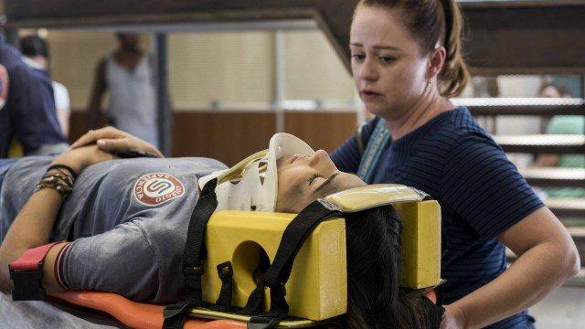 Pérola vai para o hospital acompanhada por Rosália em Malhação (Foto: Victor Pollak/ Globo/ Divulgação)