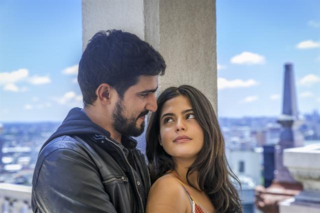 Jamil (Renato Góes) e Laila (Julia Dalavia) em Órfãos da Terra (Foto: Globo/Paulo Belote)