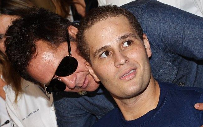 Pedro Leonardo, quando deixou o hospital ao lado do pai famoso (Foto: Reprodução)