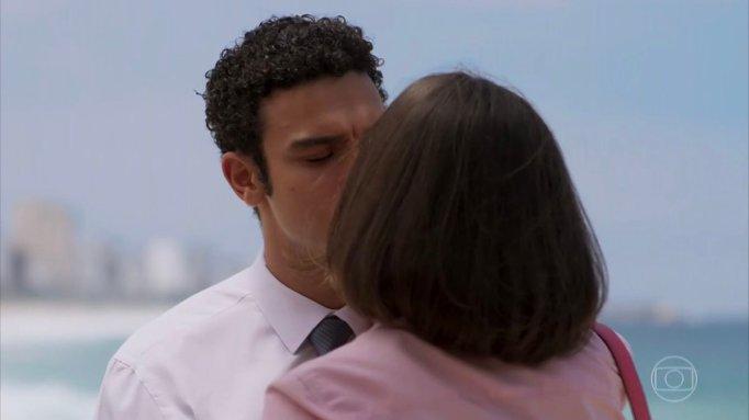 Larissa e Diego se beijam em Verão 90
