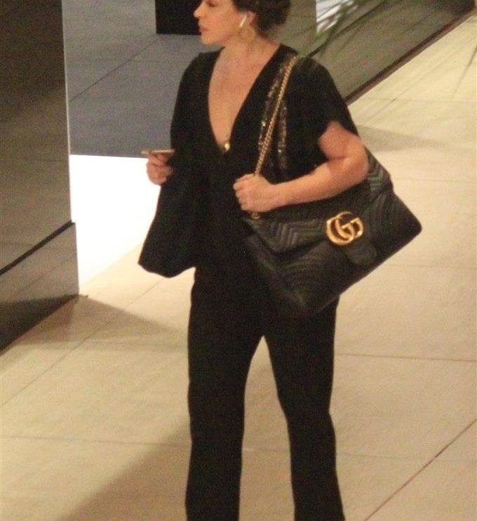 Atriz da Globo, Claudia Raia foi flagrada fazendo comprar no shopping no Rio de Janeiro