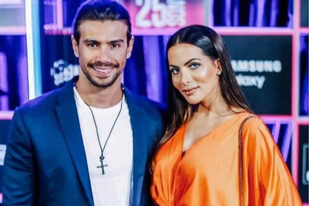 Mariano namora com Carla Prata, ex-bailarina do Faustão (Foto: Reprodução)