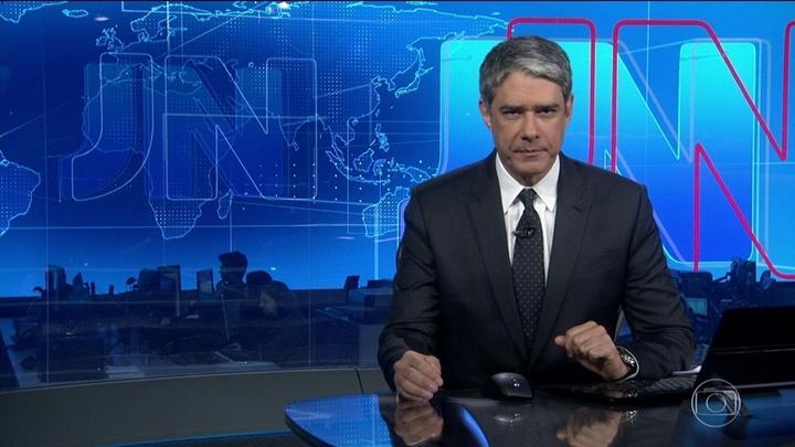 William Bonner na bancada do Jornal Nacional, da Globo, leu nota de retratação a pedido do site The Intercept Brasil (Foto: Reprodução)