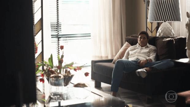 Régis (Reynaldo Gianecchini) assiste TV em A Dona do Pedaço por orientação do autor Walcyr Carrasco (Foto: Reprodução/Globo)