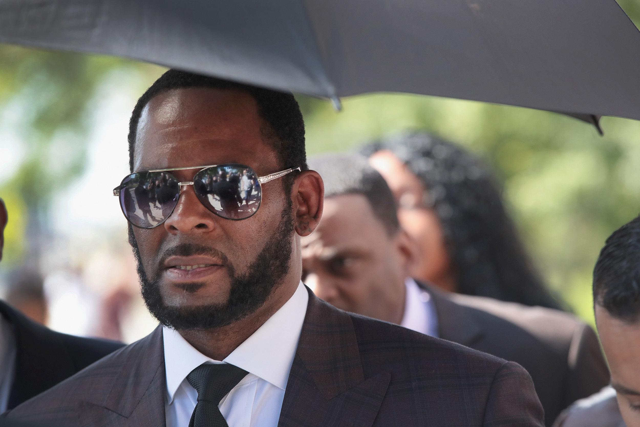 O rapper R. Kelly é preso depois de sofrer muitas acusações (Foto: Reprodução)