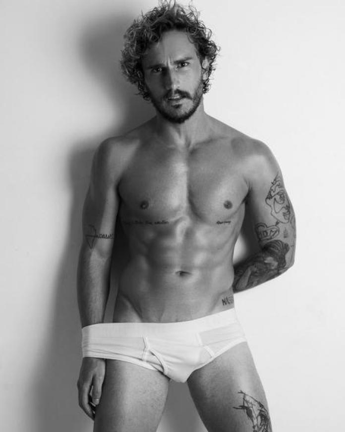O participante do BBB 19 Alan Possamai posa apenas de cueca (Foto: Instagram)