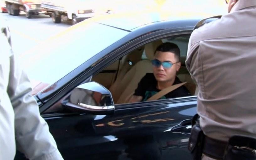 Felipe Araújo no banco de motorista de carro em Goiânia — Foto: Reprodução/TV Anhanguera