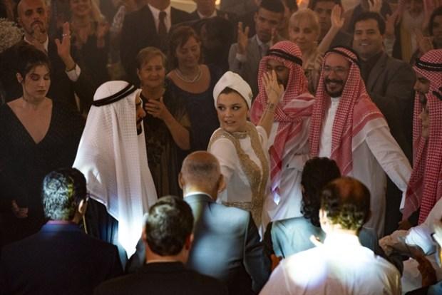 Os noivos dançam o dabke na festa de casamento (Foto: Globo/Artur Meninea)