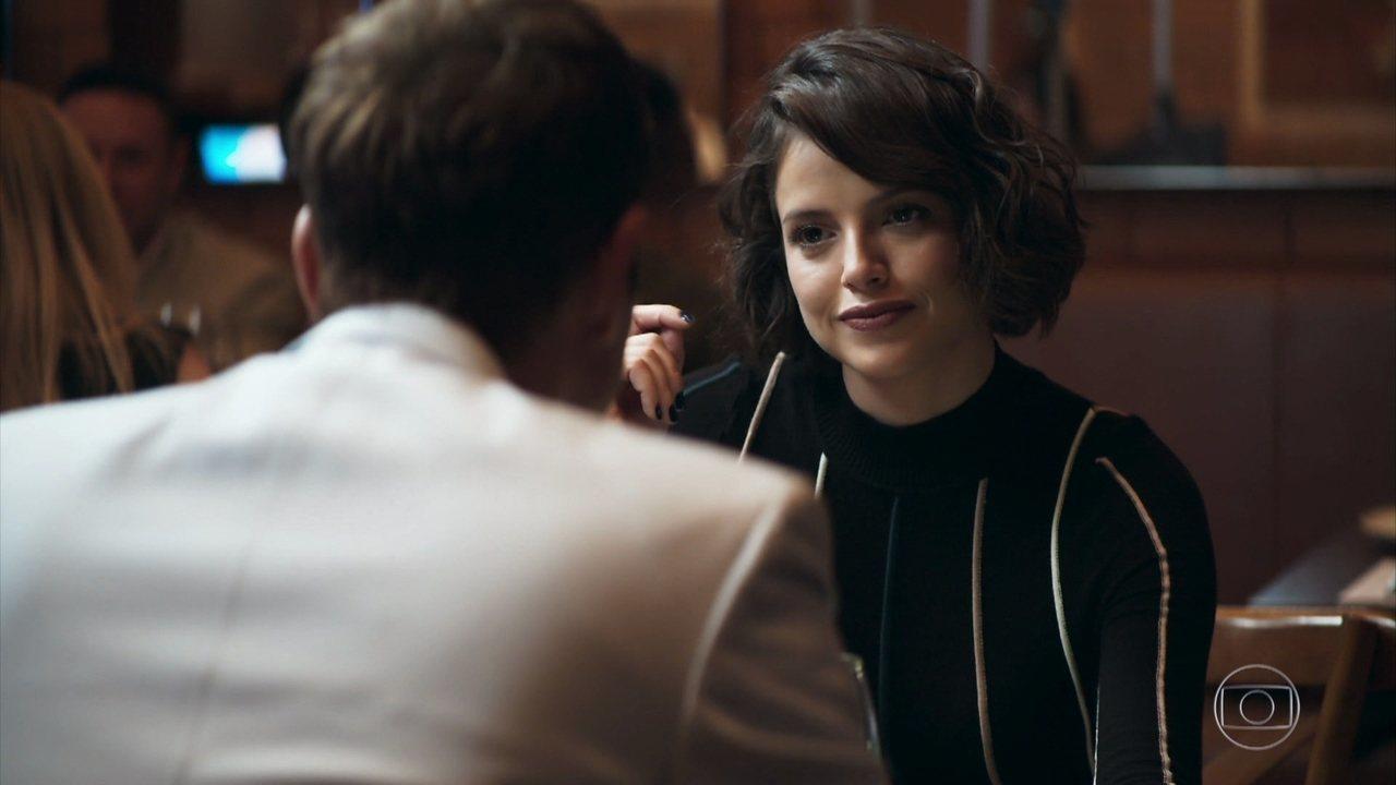 Jô (Agatha Moreira) tem encontro as escondidas com seu amante e padrasto Régis (Reynaldo Gianecchini) em A Dona do Pedaço da Globo